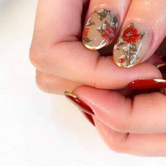 красивый золотой френч с яркими цветами на овальных ногтях средней длины