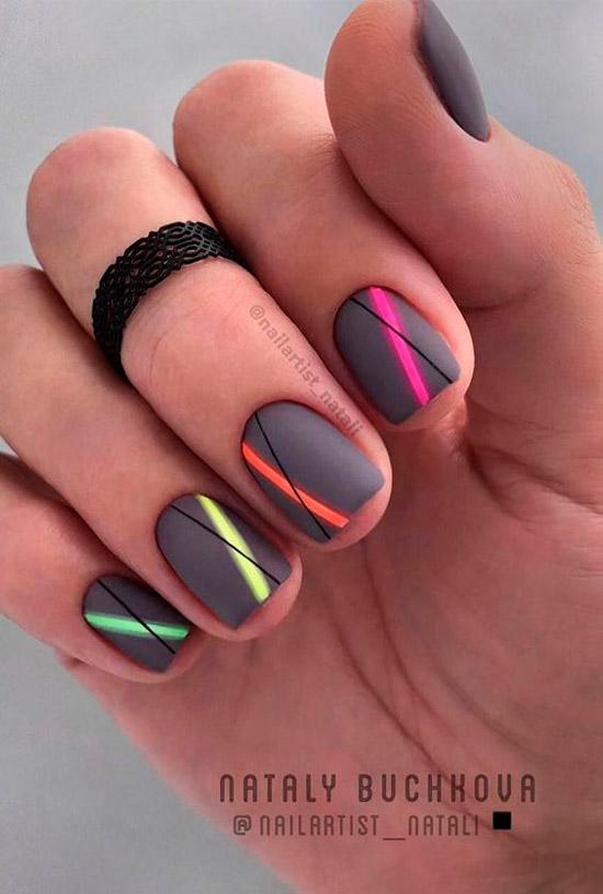 Серый маникюр с цветными полосами