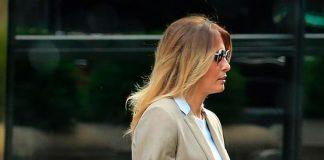 Мелания Трамп в простом белом аутфите и шикарном блейзере вчера была замечена в Нью-Йорке