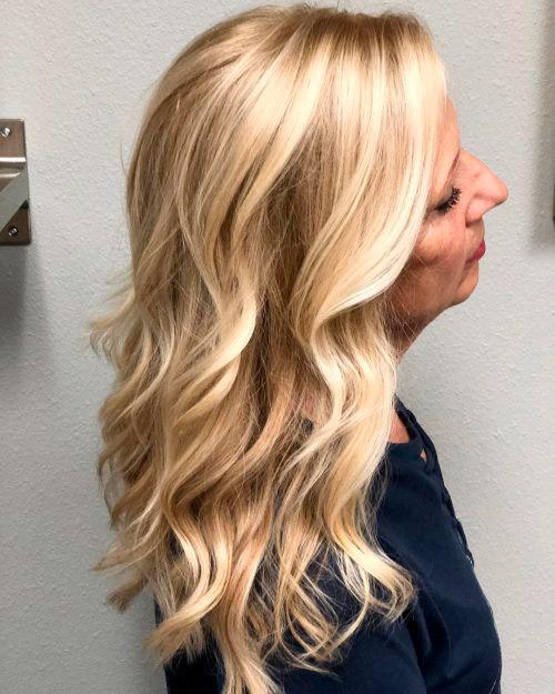 Прическа с длинными волнистыми волосами