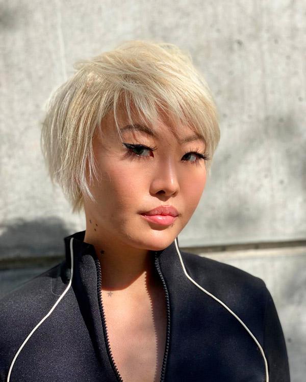 Пикси на белых волосах
