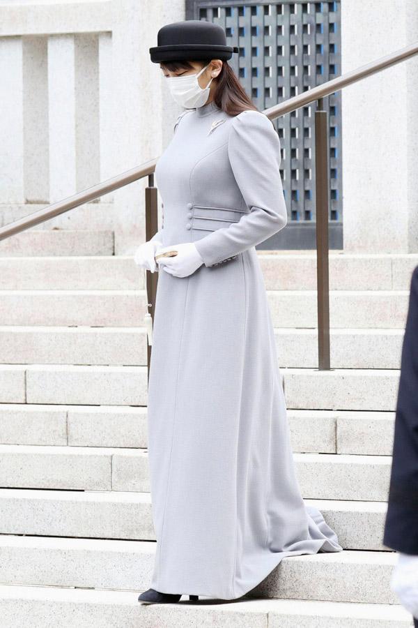 Японская принцесса Мако в белых перчатках и веером