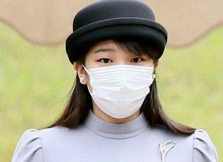Японская принцесса в сером платье и веером в руках выглядит безупречно и просто