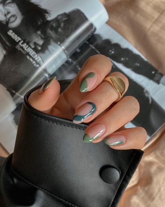 Абстрактный зеленый маникюр на миндальных ногтях средней длины
