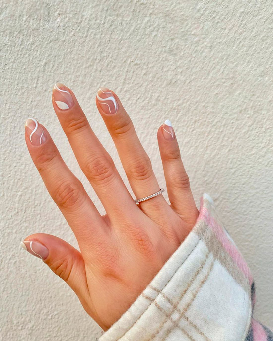 Белые линии на овальных ногтях
