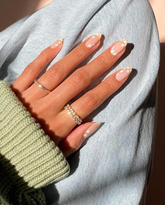 Белые ромашки на овальных ногтях средней длины