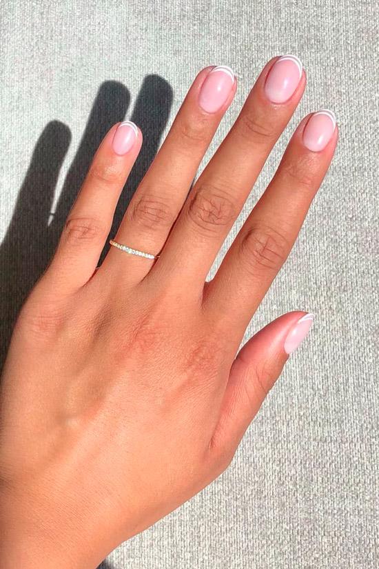 Белый френч на коротких овальных ногтях