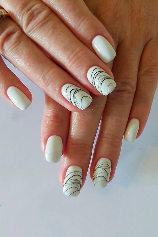 Белый маникюр с тонкими черными линиями на квадратных ногтях средней длинны