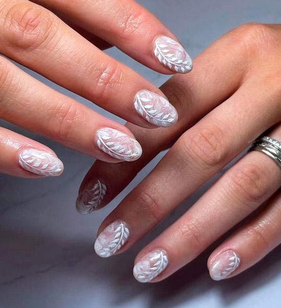 Белый маникюр с цветочным принтом на овальных ногтях средней длины