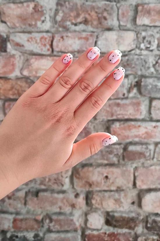 Белый маникюр в черную крапинку на ухоженных натуральных ногтях