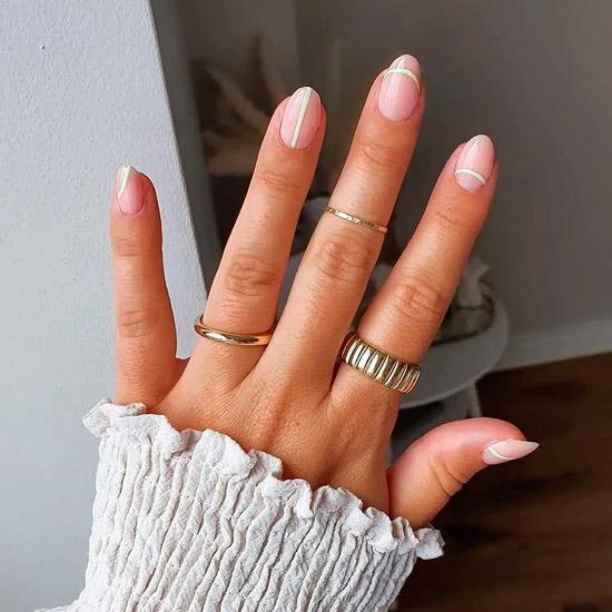 Бежевый маникюр с салатовыми полосами на овальных ногтях средней длины