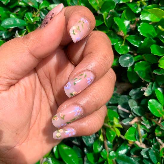Бежевый маникюр с цветочным принтом на длинных квадратных ногтях