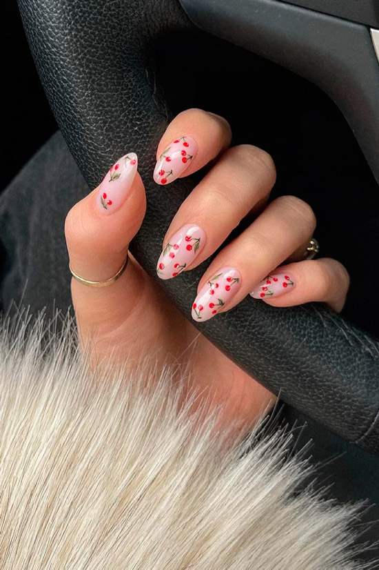 Бежевый маникюр с ягодным принтом на длинных овальных ногтях