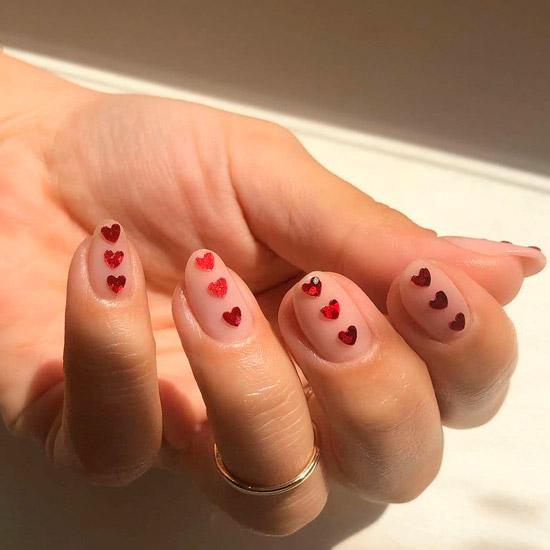 Бежевый маникюр со стразами на овальных ногтях