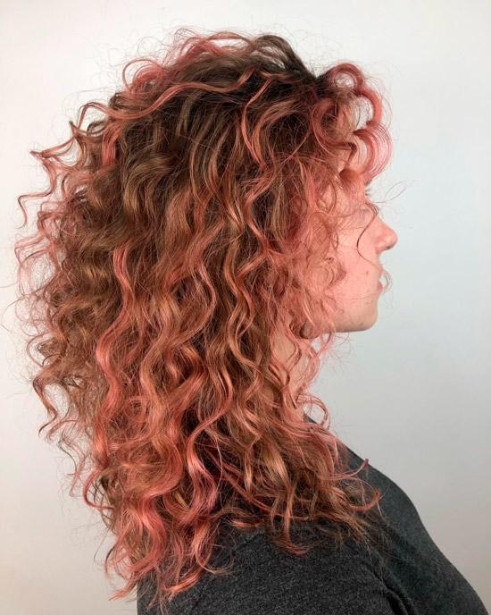 Блики розового золота на длинных кудрявых волосах