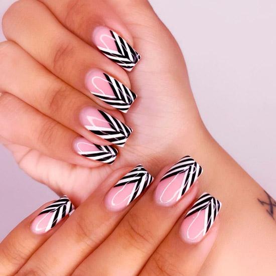 Черно белый френч на ухоженных квадратных ногтях
