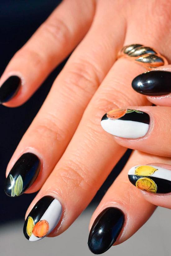 Черно белый маникюр с фруктовым принтом на овальных ногтях