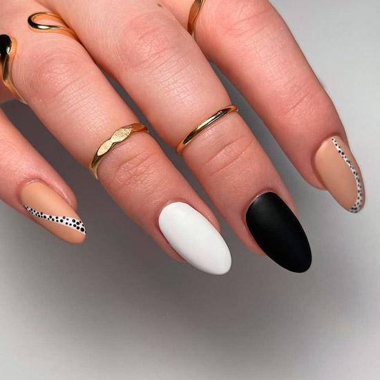 Черно белый матовый маникюр на овальных ногтях