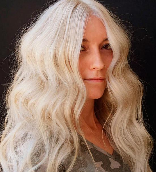 Девушка с длинными платиновыми волосами с легкими волнами