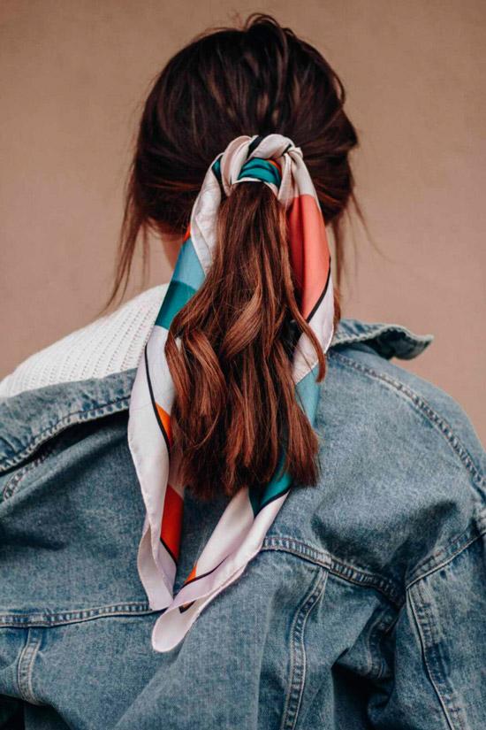 Девушка с хвостиком украшенный платком на темных натуральных волосах