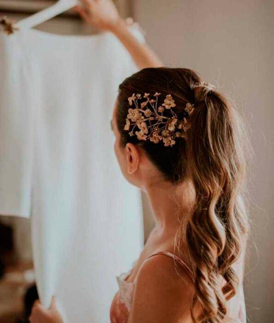 Девушка с хвостом украшенный заколкой на натуральных волосах