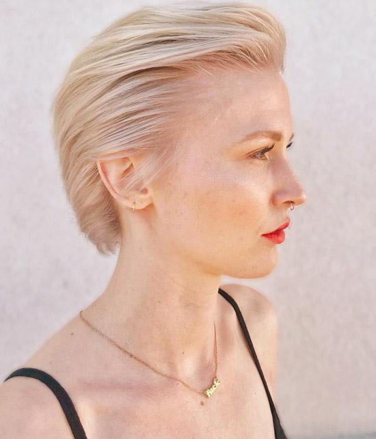 Девушка с короткими светлыми волосами зачесанные назад