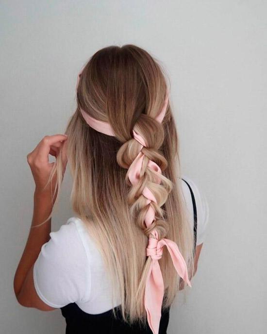 Девушка с косой украшенная платком на длинных светлых волосах