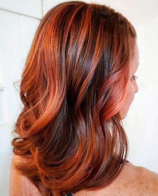 Прическа с медными волосами и розовыми оттенками