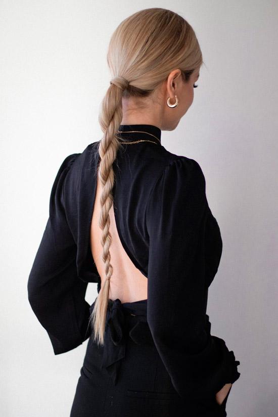 Девушка с низкой спиральной косичкой на длинных светлых волосах