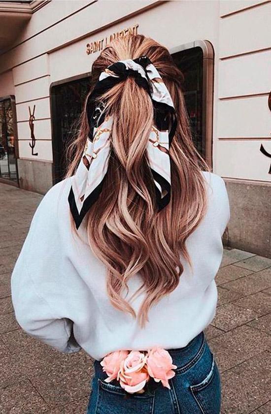 Девушка с полусобранной прической на длинных ухоженных волосах