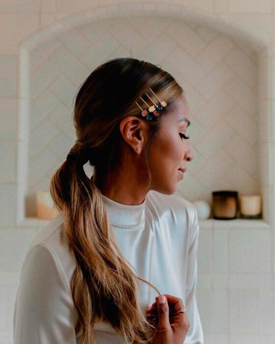Девушка с простым хвостиком на длинных волосах