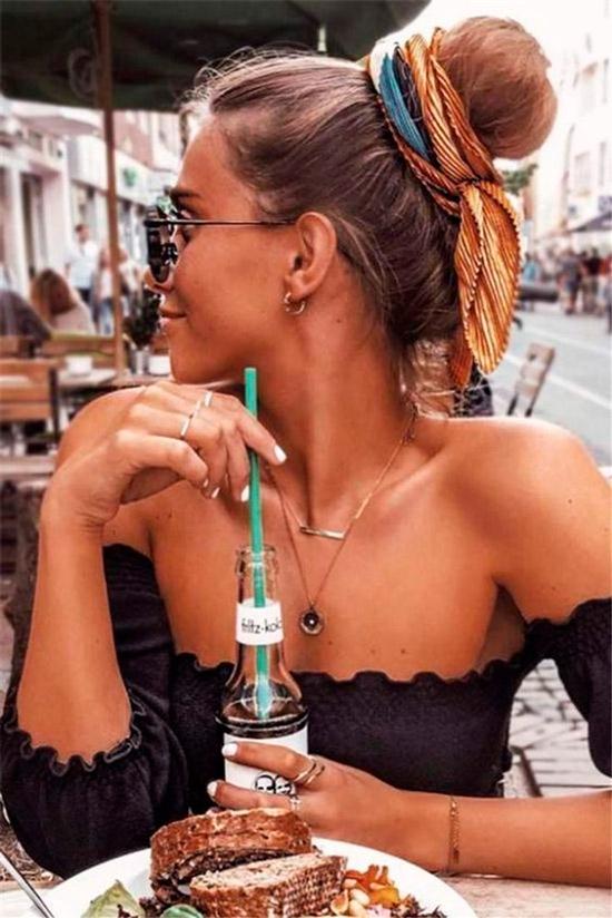 Девушка с пучком на натуральных волосах