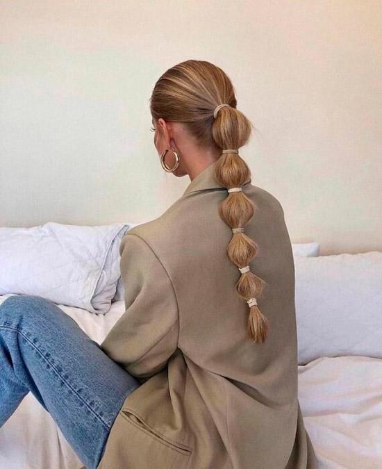 Девушка с пузырчатым хвостом на длинных светлых волосах