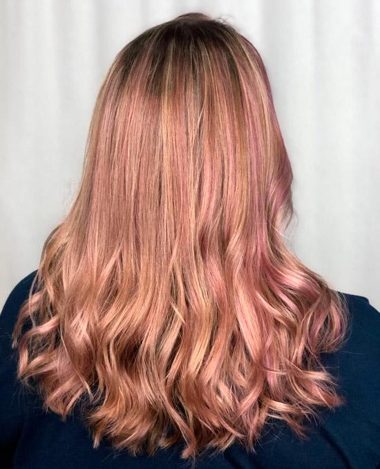 Стрижка с розовым мелировнием на светлых волосах средней длины