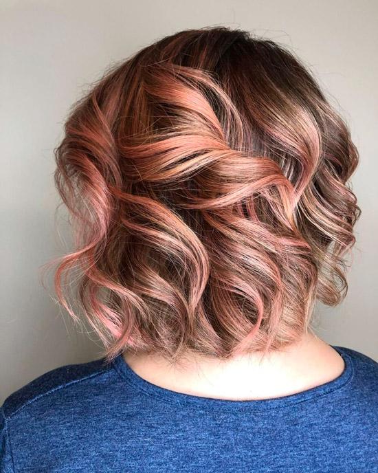 Девушка с розовым оттенком на коротких светлых волосах