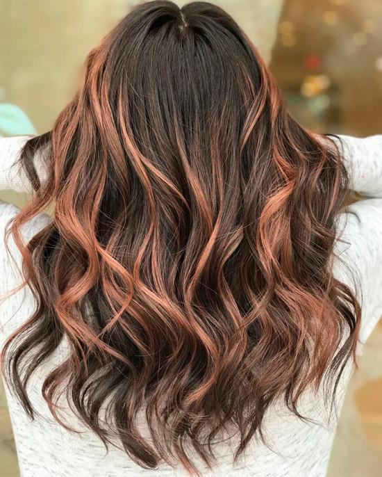 Девушка с розовыми прядями на длинных темных волосах