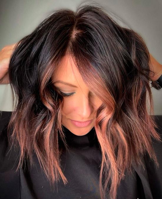 Прическа с розовыми прядями волос на темных волосах средней длины