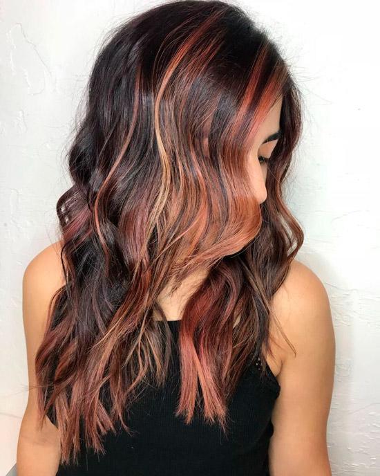 Прическа с темными волосами с рыжими бликами