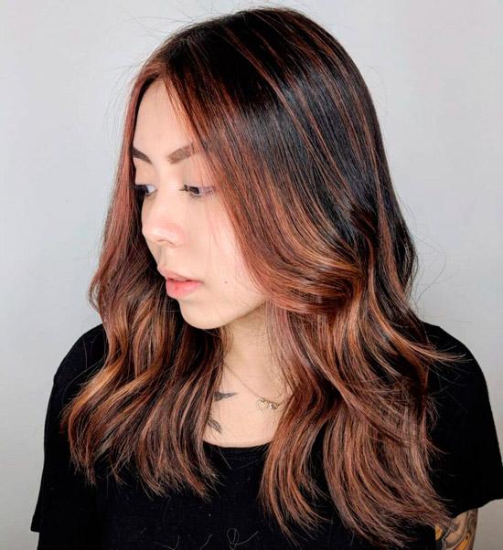 Прическа с темными волосами со светлыми акцентами спереди