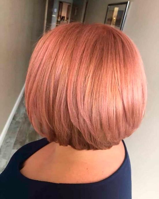 Девушка со стрижкой боб на светлых розовых волосах