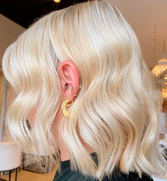 Девушка со светлыми платиновыми волосами с волнами