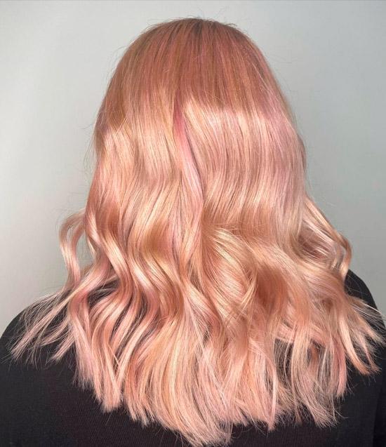 Прическа со светлыми волосами с розовым оттенком