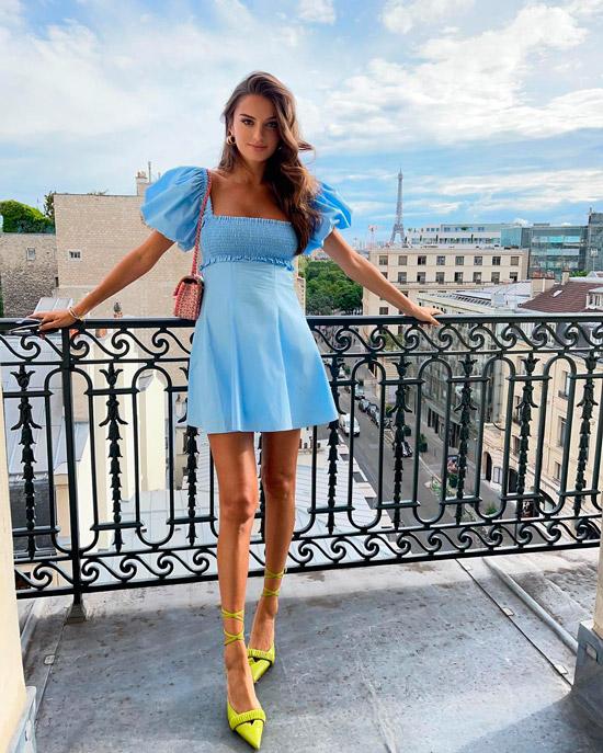 Девушка в голубом мини платье с рукавами фонариками, образ дополняют желтые туфли с ремешками