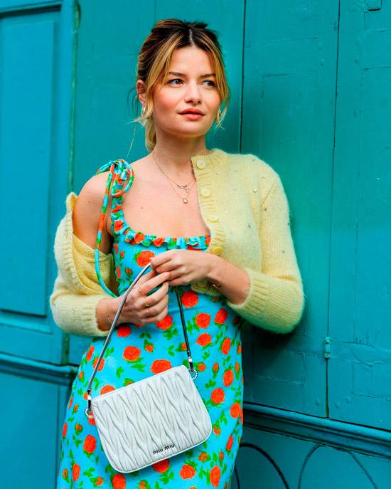 Девушка в голубом платье с цветочным принтом