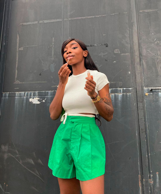 Девушка в зеленых шортах, белый укороченный топ