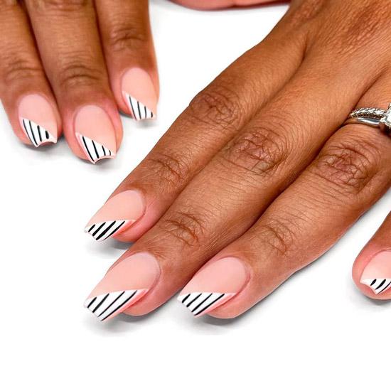 Диагональный френч с черными полосами на квадратных ногтях
