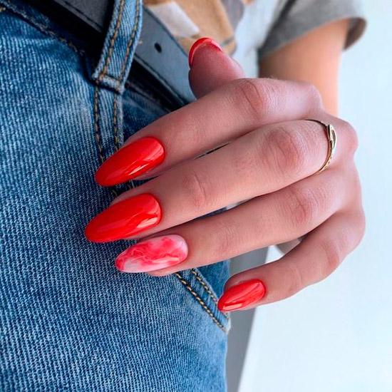 Глянцевый красный маникюр на длинных ногтях