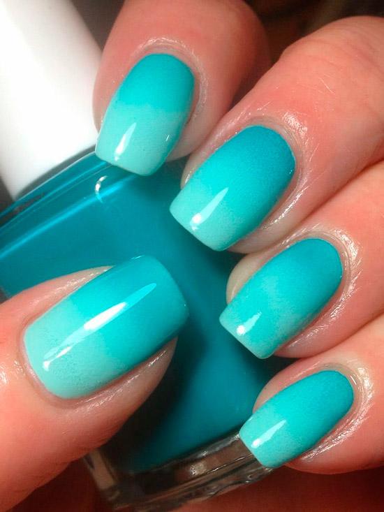 Голубой градиентный маникюр на квадратных ногтях средней длины