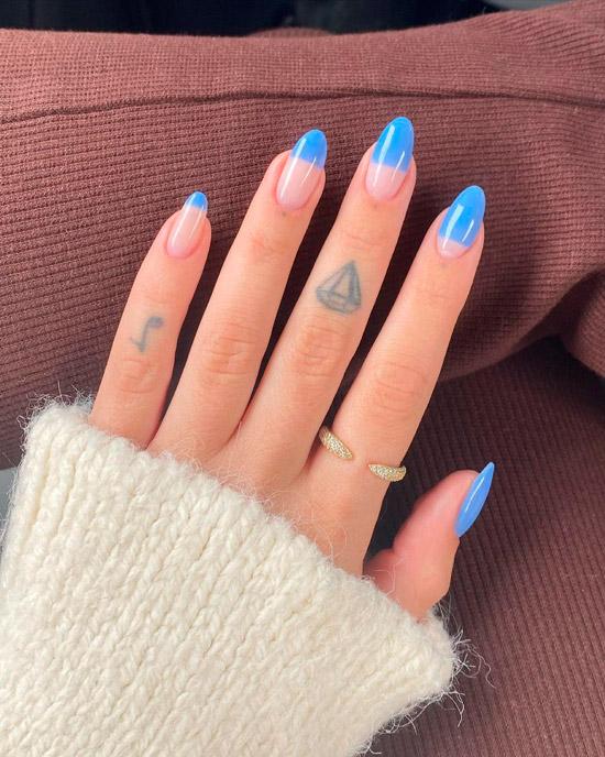 Голубой маникюр на длинных овальных ногтях