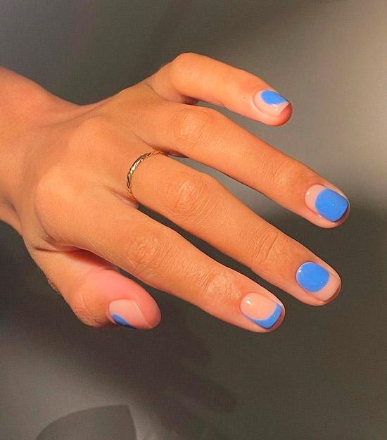 Голубой маникюр на коротких квадратных ногтях